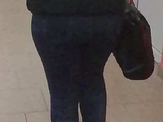 Chubby girl's ass in jeans