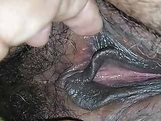 Mostrando a buceta cabeludinha