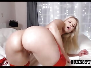 Big ass babe rubs her pussy on webcam