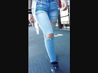 Morocha en jeans ajustados, tremendo culo!