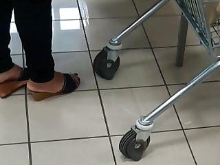 Signora piedi da sborratoio al supermercato