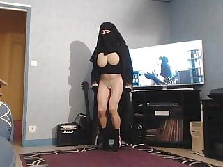 musulmane en niqab montre ses grosses mamelles