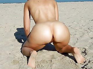 Marquisedepopo rides a dildo at the beach