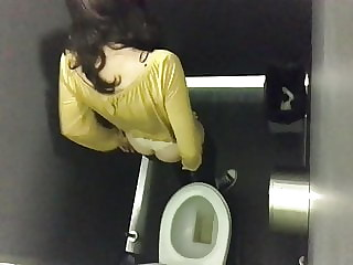Hot Young Bitch in Yellow Spied on WC - PT