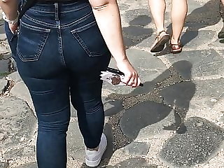 Flexible curvy ass in jeans